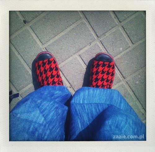 czerwone skarpetki na stołecznym trotuarze