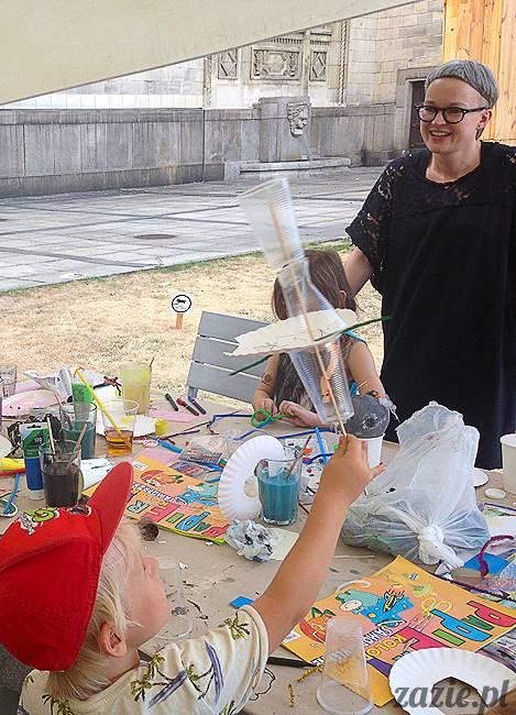 zajęcia dla dzieci, recyklingowe warsztaty plastyczne dla dzieci i rodziców, prowadzenie Olga Zazie i Syd Breslauer, organizator Cafe Kulturalna