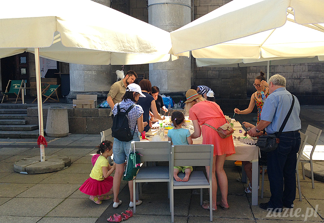 warsztaty plastyczne recyklingowe dla dzieci prowadzone przez Zazie i Syd na Placu Defilad pod Pałacem Kultury